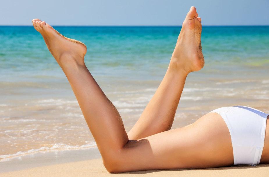 Moteris, kojos