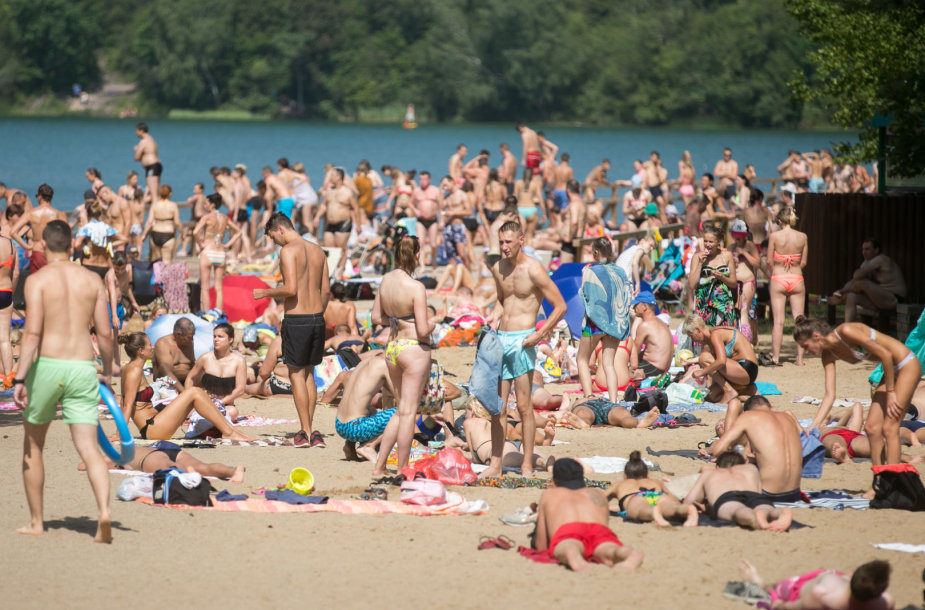 Žmonių gausa Žaliųjų ežerų paplūdimyje