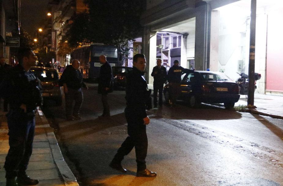 Graikų pareigūnai prie  PASOK būstinės Atėnuose