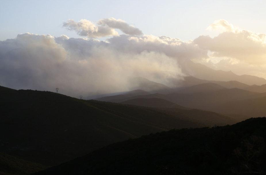 Gaisro sukelti dūmai Korsikos saloje