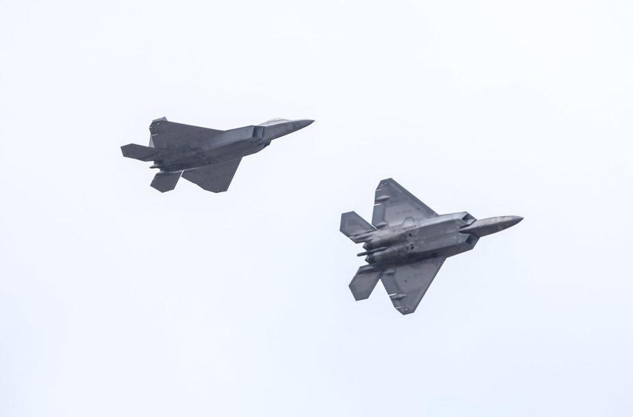 """Lietuvoje – moderniausi pasaulyje JAV naikintuvai F-22 """"Raptor"""""""