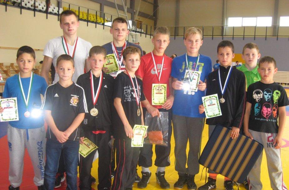 Joniškio imtynininkai su medaliais