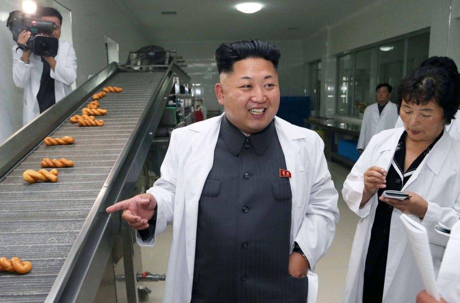 Kim Jong Unas konditerijos gamykloje