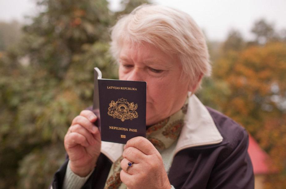 Moteris laiko Latvijos nepiliečio pasą