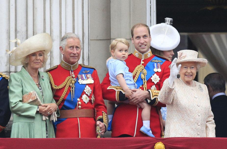 Kornvalio hercogienė Camilla, princas Charlesas, princas Williamas su sūnumi George'u ir karalienė Elizabeth II (2015 m.)