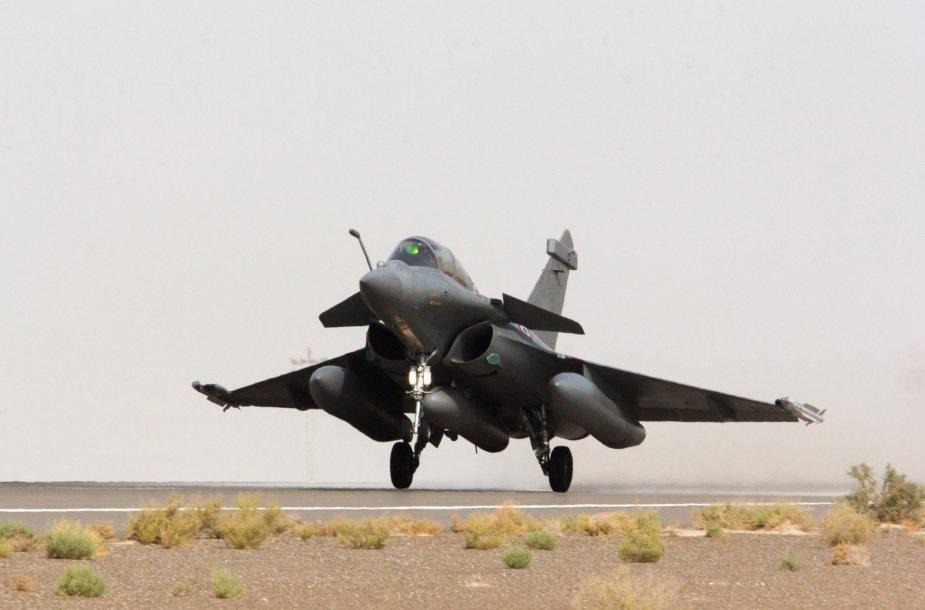 """Prancūzijos naikintuvas """"Rafale"""" kyla į misiją virš Sirijos."""
