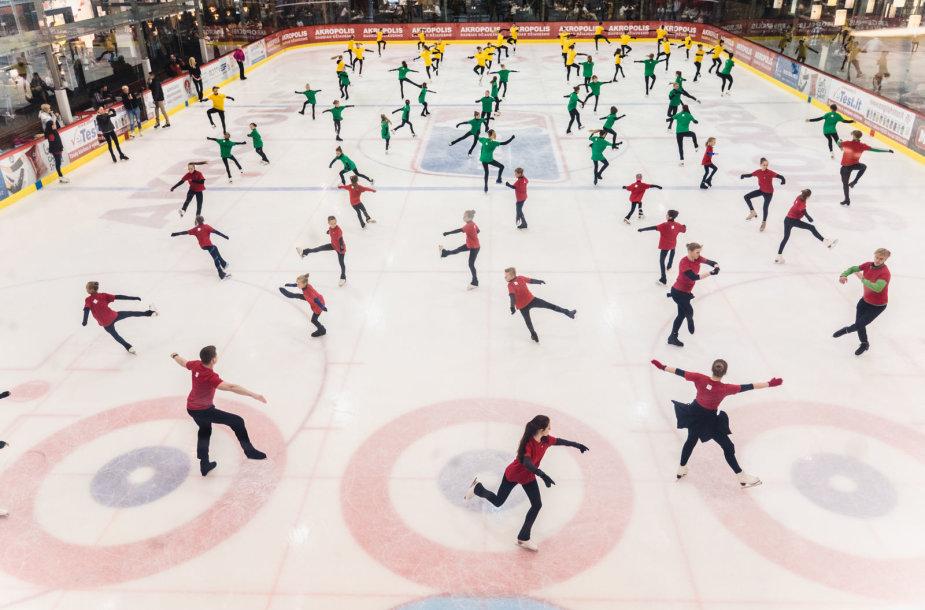 Ant ledo 73 čiuožėjai siekė rekordo.