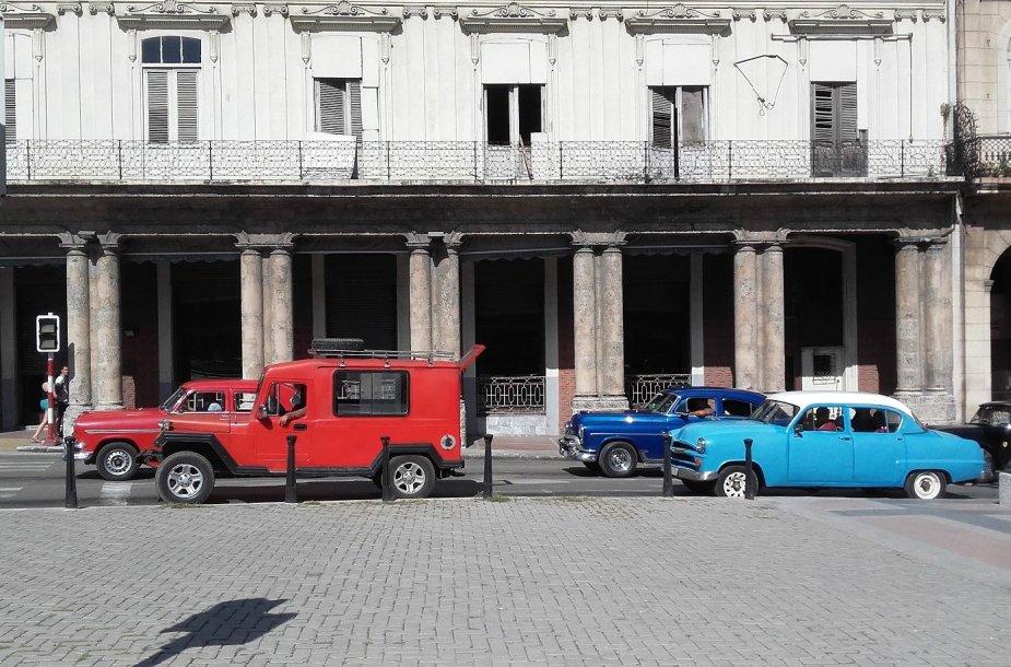 Štai taip atrodo automobiliai, kuriais važinėjasi vietiniai Kuboje