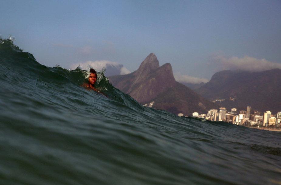 Besimaudantis berniukas, pagautas bangos Rio de Žaneire