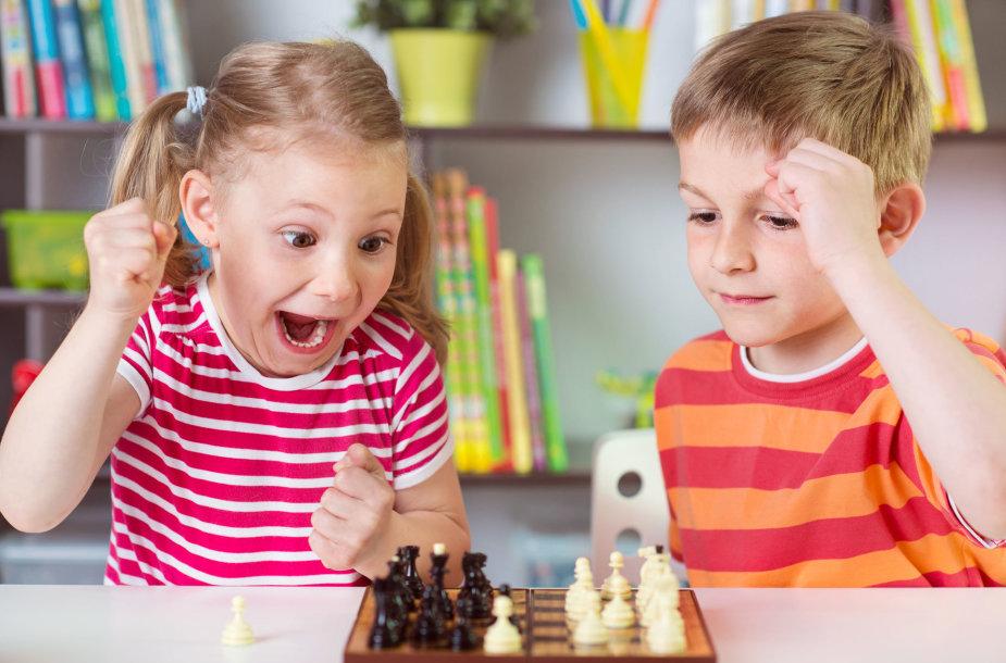 Vaikai žaidžia šachmatais