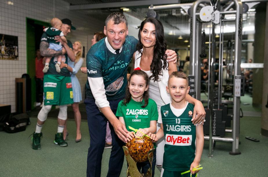 Šarūnas Jasikevičius ir Anna Douka su vaikais