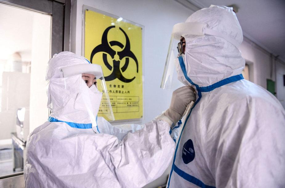 Kinijos virusologijos laboratorijų mokslininkai laikosi ypatingų saugumo reikalavimų