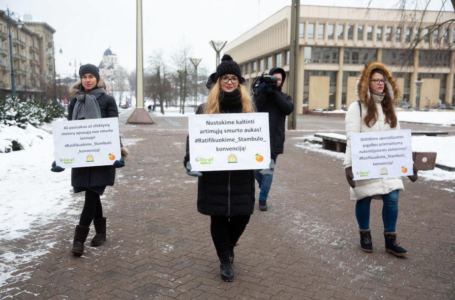 """Pilietinės akcijos """"Step Up! Stabdykime smurtą prieš moteris!"""" akimirka"""