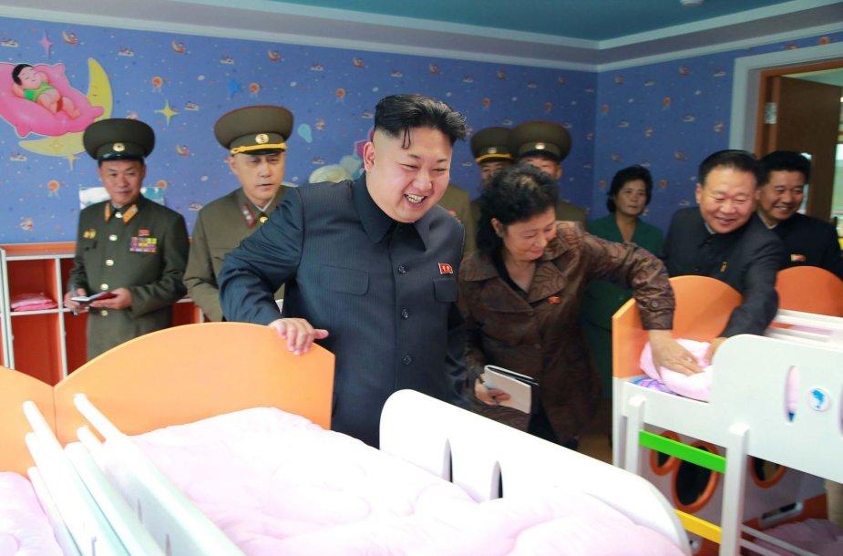 Kim Jong Unas apžiūrinėja vaikų namus