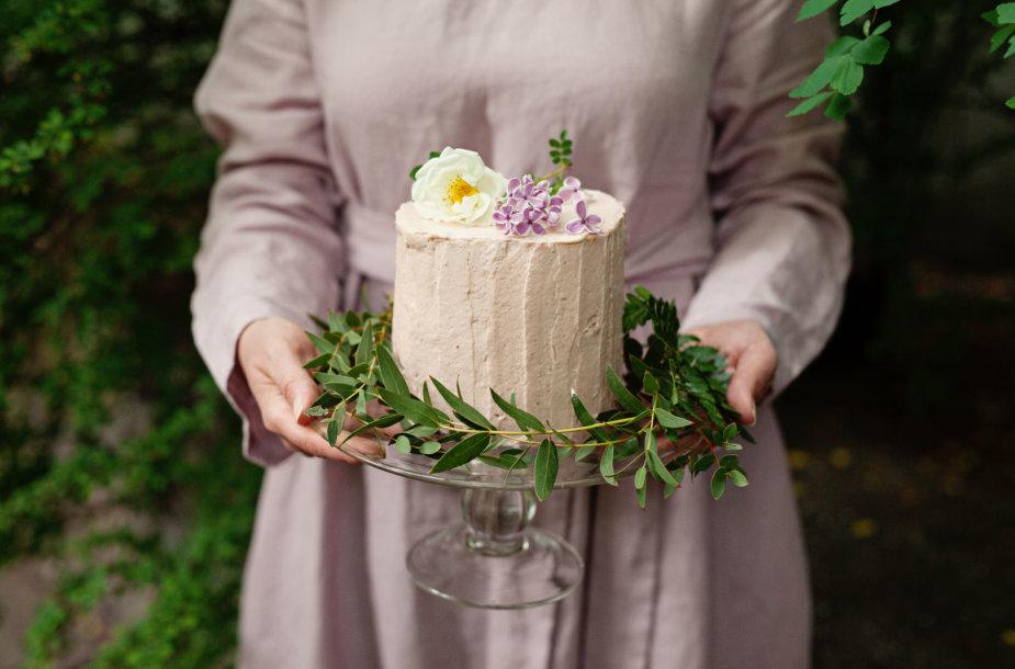 Rožėmis kvepiantis rabarbarų tortas