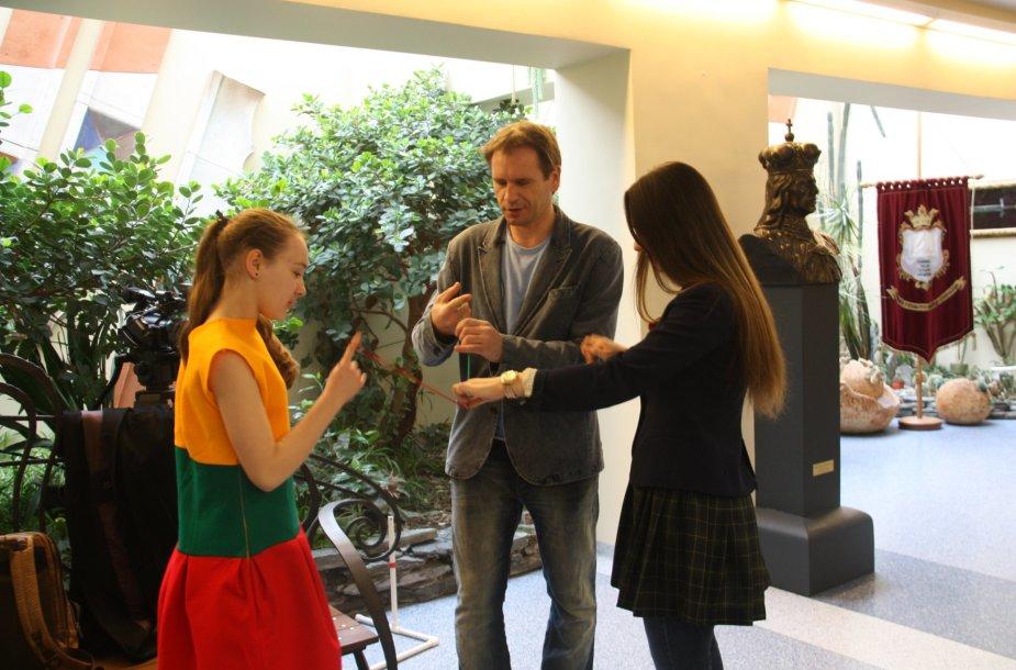 Marijus Mikutavičius su moksleiviais pynė trispalves apyrankes