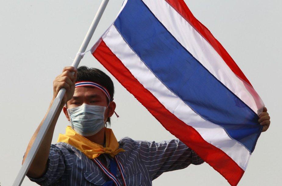 Vyras laiko Tailando vėliavą