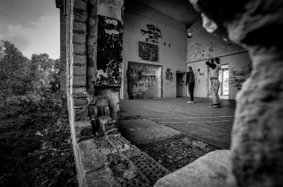 Kultūros namų griuvėsiuose jaunimas įsirengė krepšinio aikštelę