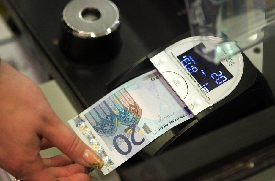 """Prekybos centro """"Maxima"""" kasininkės pasiruošusios priimti eurus"""