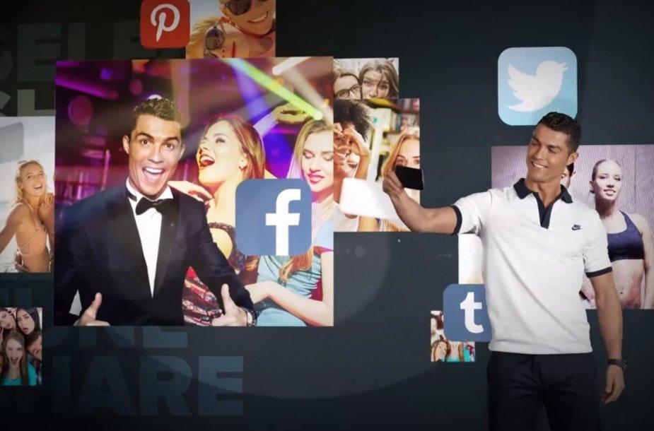 Labdaringa programėlė suteikia galimybę pasidaryti asmenukę su pusnuogiu Cristiano Ronaldo
