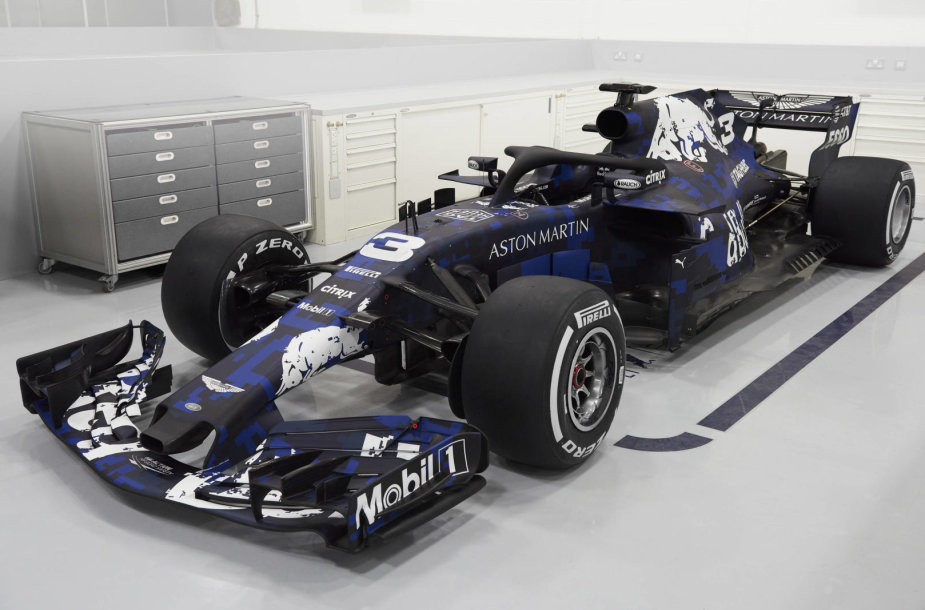 """""""Red Bull"""" pristatė naująjį 2018 metų """"Formulės 1"""" bolidą"""
