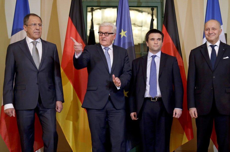Vokietijos UR ministras Frankas-Walteris Steinmeieris prieš derybas su Rusijos URM vadovu Sergejumi Lavrovu, taip pat kolegomis iš Ukrainos bei Prancūzijos Pavlo Klimkinu ir Laurent'u Fabiusu.