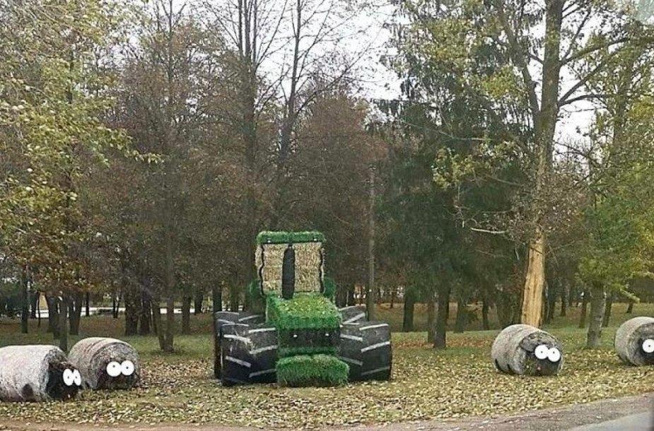 Pakelėje iš šiaudų suformuotos karvutės ir didžiulis traktorius