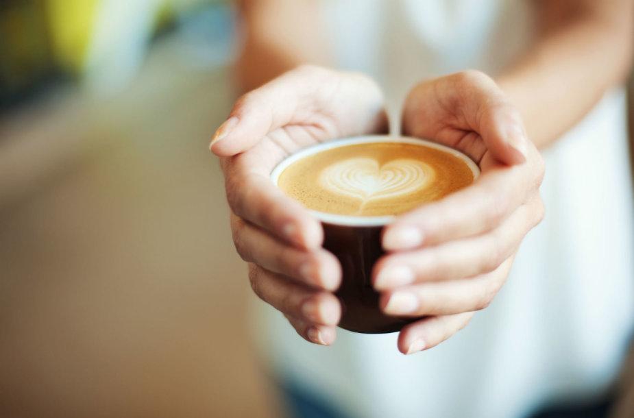 Moteris laiko kavą rankose