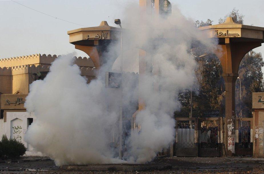 Musulmonų brolijos rėmėjai Egipte padegė universiteto pastatus.