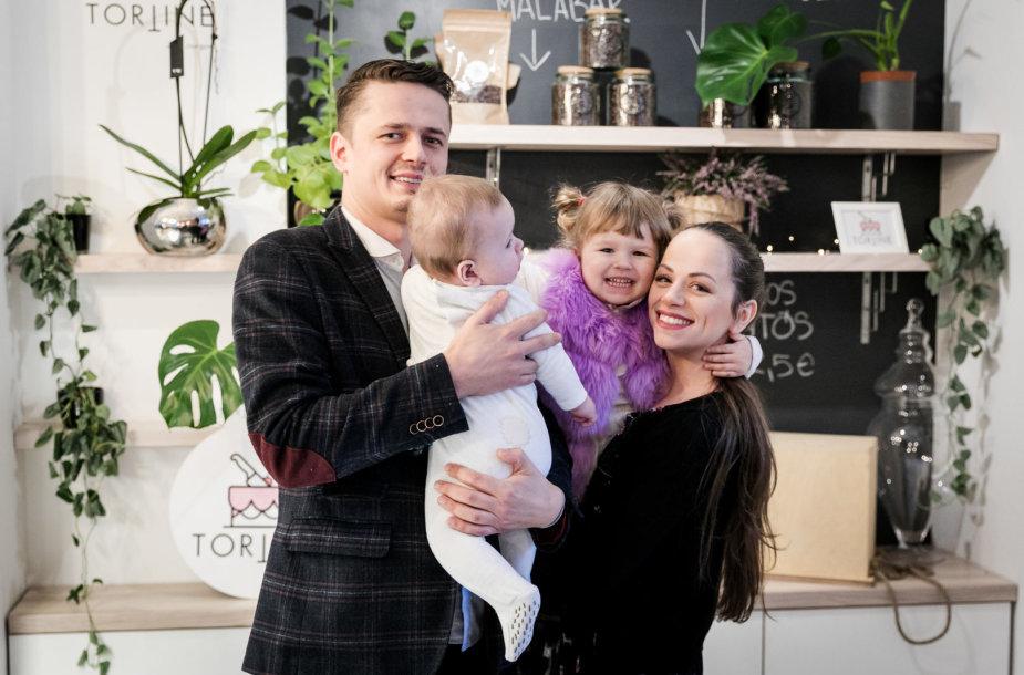 Ineta ir Ąžuolas Žvaguliai su vaikais
