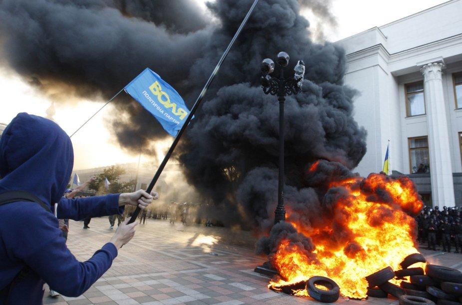 Prie Ukrainos Rados per demonstraciją dėl liustracijos įstatymo kilo susirėmimai.