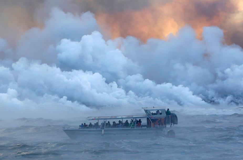 Havajuose ugnikalnio lavos bomba pataikė į laivą