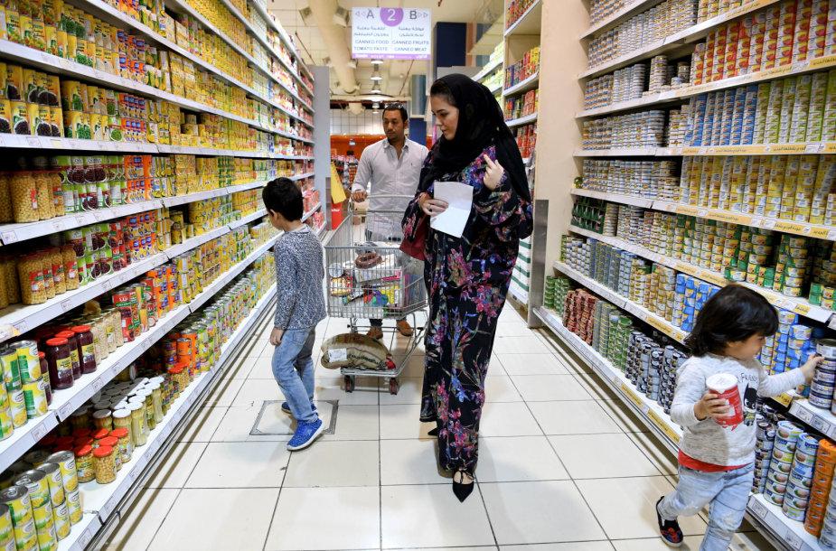 Moterys Saudo Arabijoje jaučia palengvėjimą dėl švelninamų griežtų draudimų