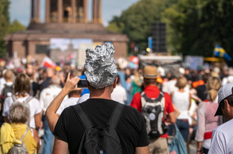 Berlyne rugpjūčio 29 d. į protestą rinkosi nepritariantieji Vokietijoje kovoje su COVID-19 taikomoms priemonėms