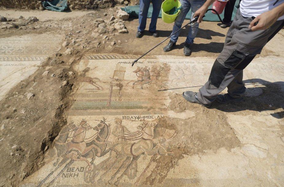 Kipre rasta reta IV amžiaus mozaika, vaizduojanti kovos vežimų lenktynes