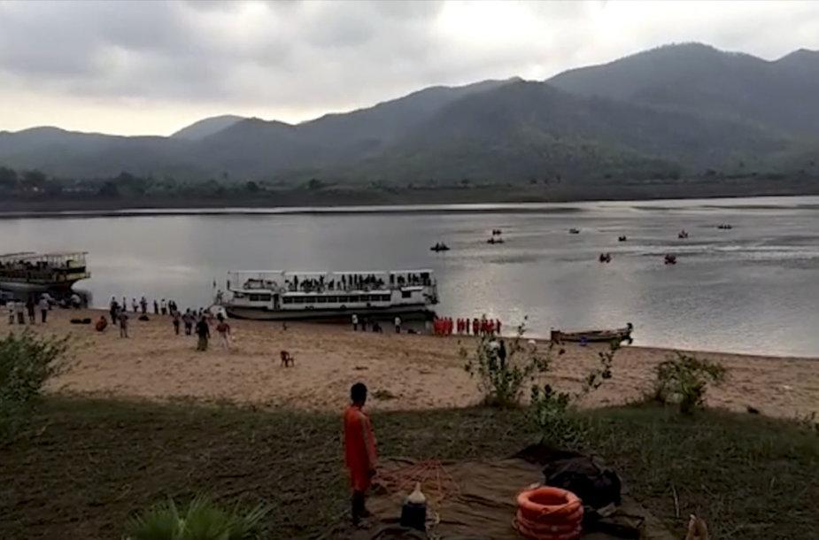 Indijoje gelbėtojai iš apvirtusio kelto ištraukė keturis skenduolius