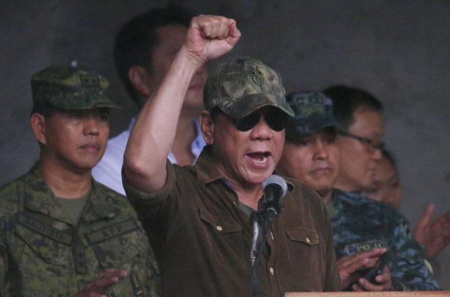 Rodrigo Duterte skelbia, kad po užsitęsusios apsiausties nuo teroristų išvaduotas Maravio miestas