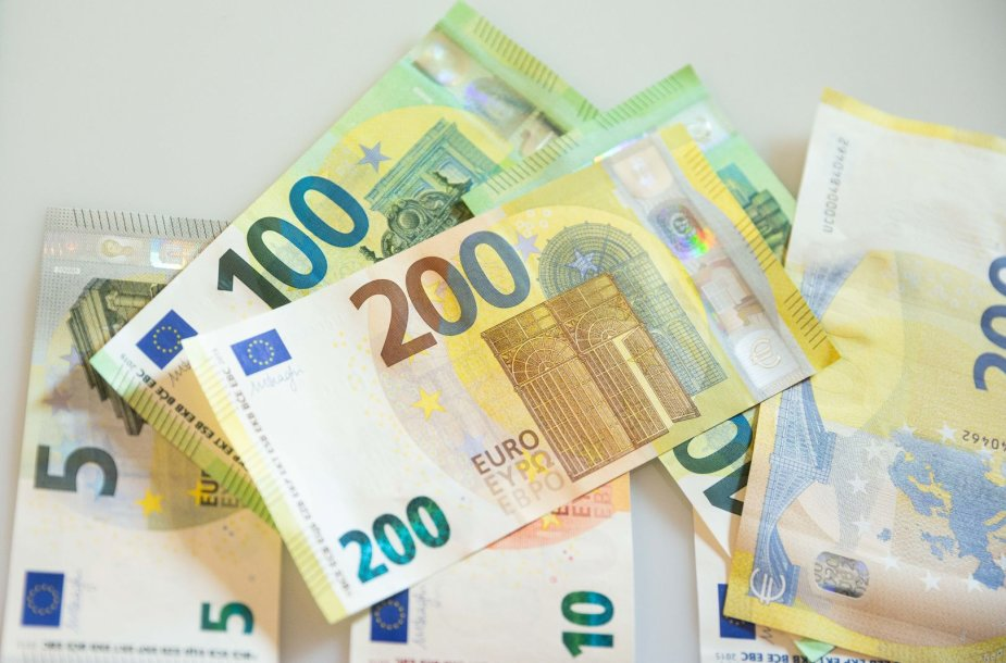 """Pristatyti naujosios serijos """"Europa"""" 100 ir 200 eurų banknotai"""