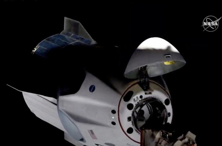 """""""SpaceX Crew Dragon"""" artėjimas prie Tarptautinės kosminės stoties"""
