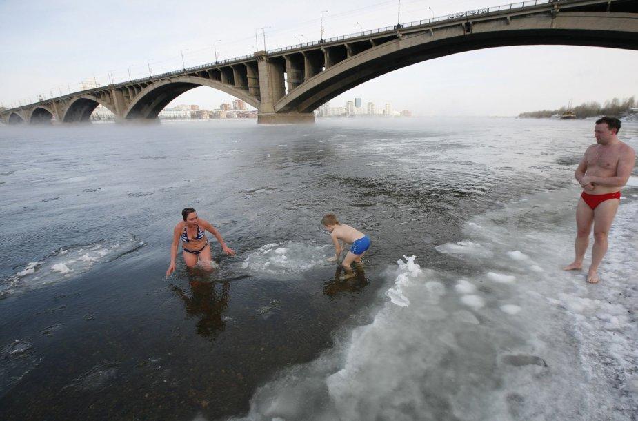 Rusijos žiemos plaukimo klubo narių maudynės Jenisejaus upėje