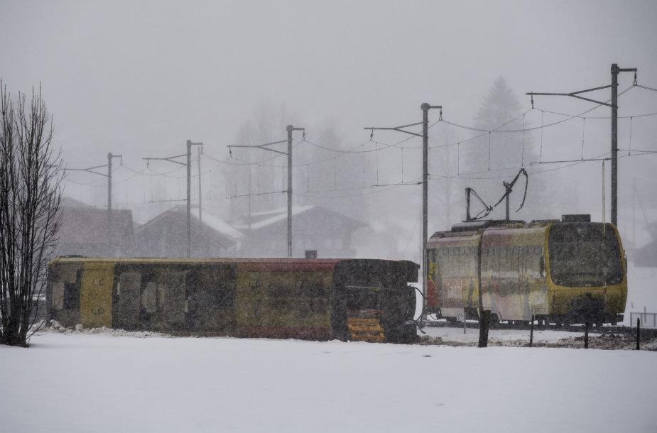 Šveicarijoje nuo bėgių nuriedėjo traukinys