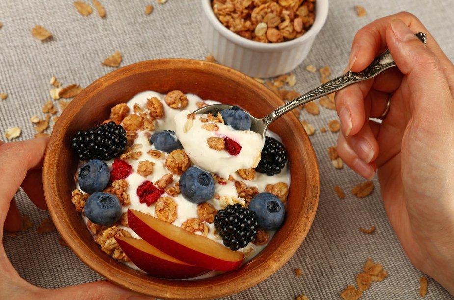 Naminė granola su vaisiais ir jogurtu