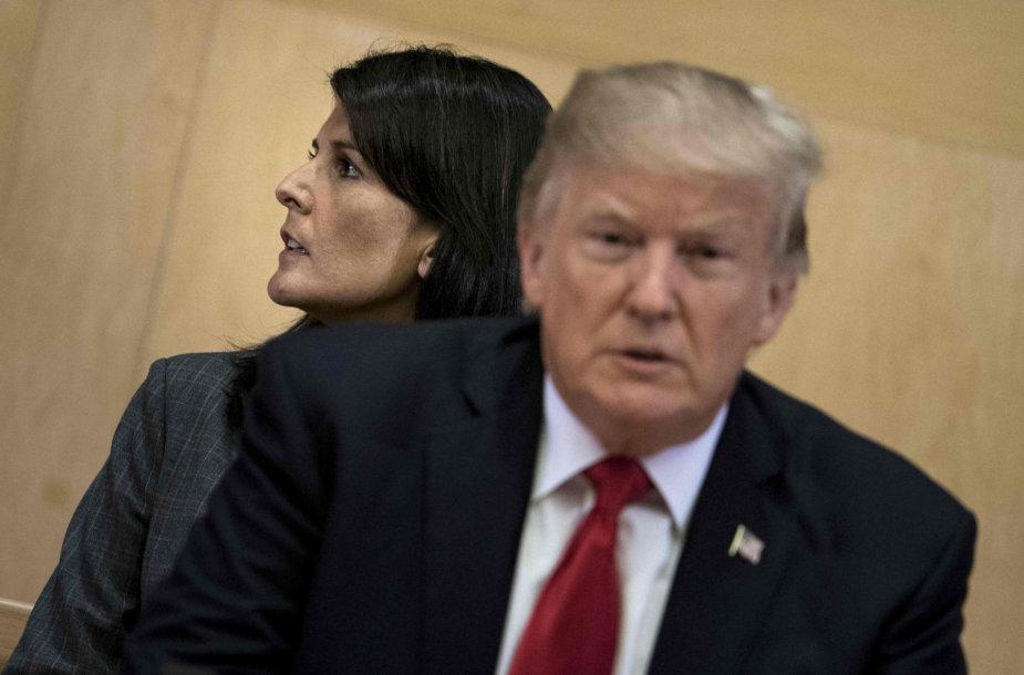 Donaldas Trumpas įtaria, kad Nikki Haley taikosi į jo vietą?