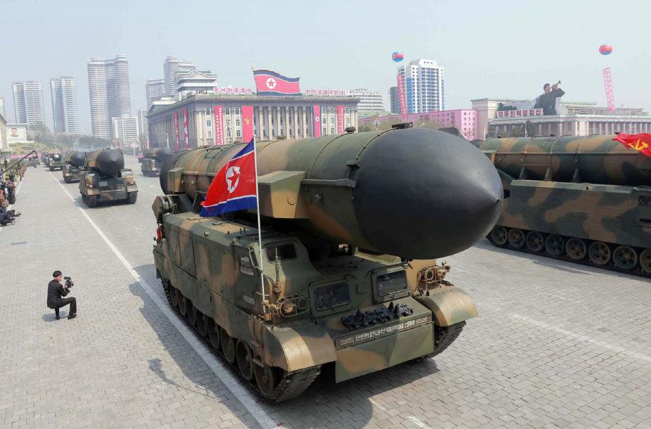 Balistinės raketos per karinį paradą Pchenjane