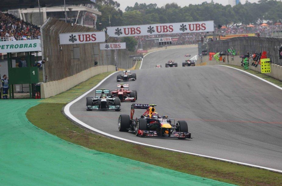 Markas Webberis priekyje, už jo – Lewisas Hamiltonas