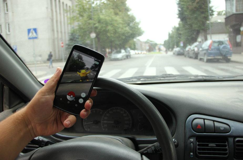 """""""Pokemon Go"""" žaidimas vairuotojant"""