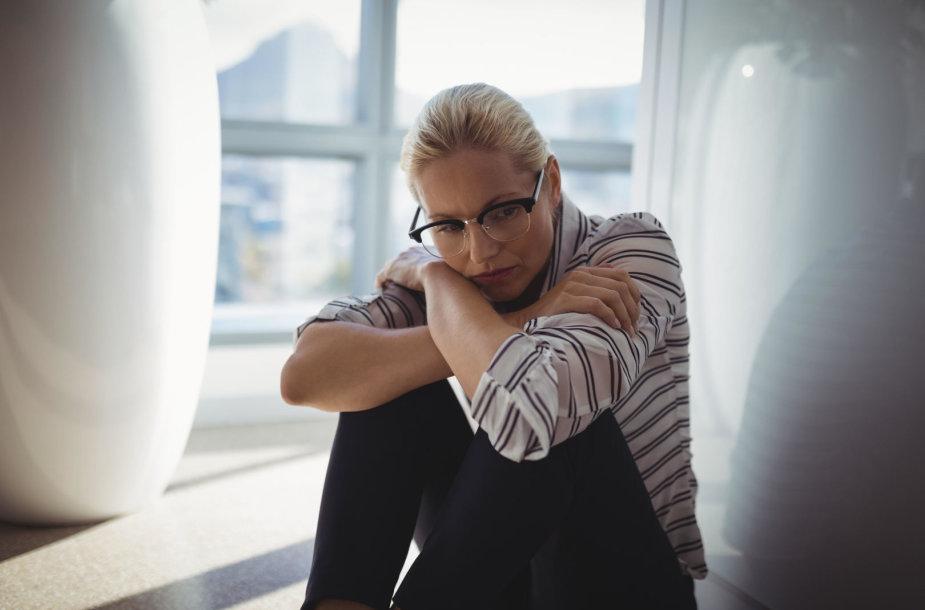 Moteris biure