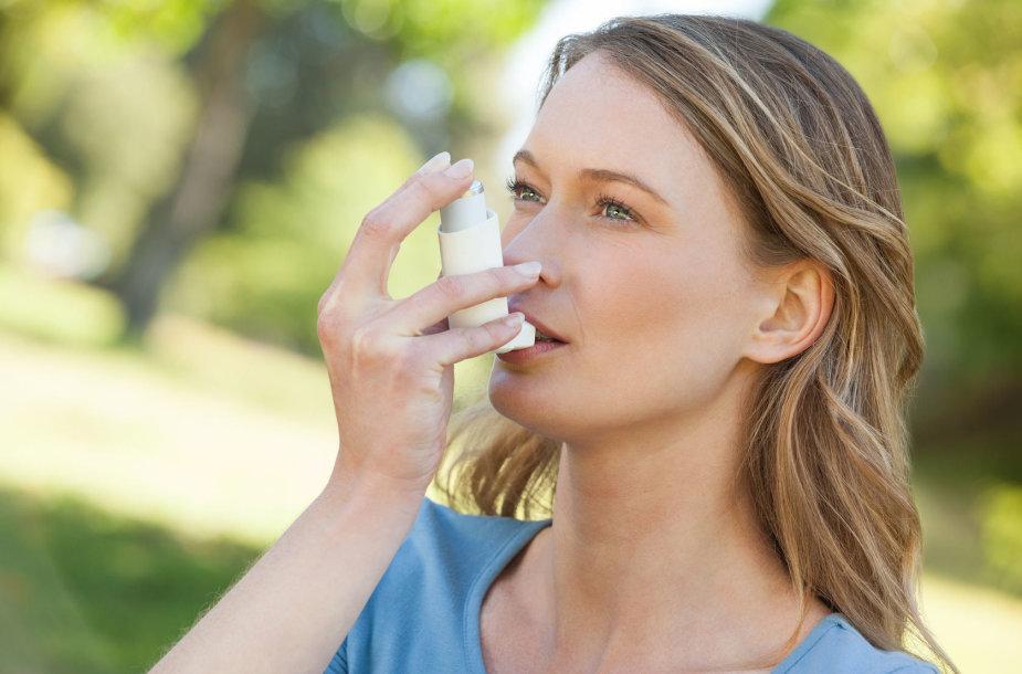 Moteris su inhaliatoriumi