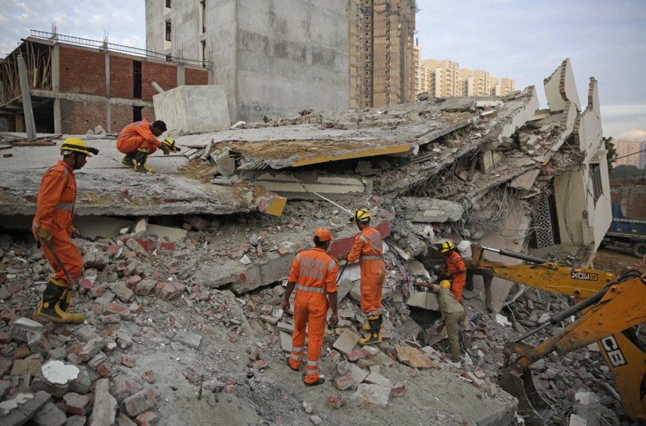 Indijoje ant gyvenamojo komplekso užgriuvo statomas namas