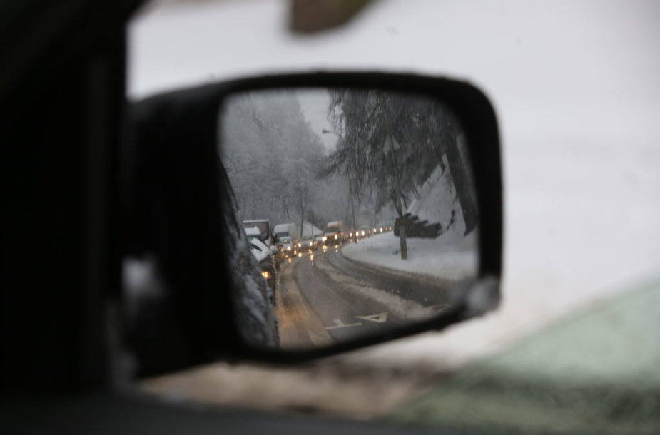 Eismą šalies keliuose sunkina plikledis ir šlapdriba
